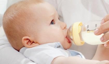 ребенок и бутылка фото