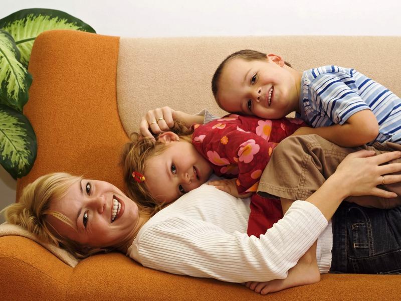 Счастливая мама и дети