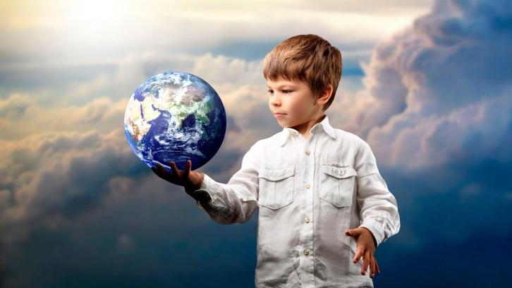 мальчик с Земным шаром