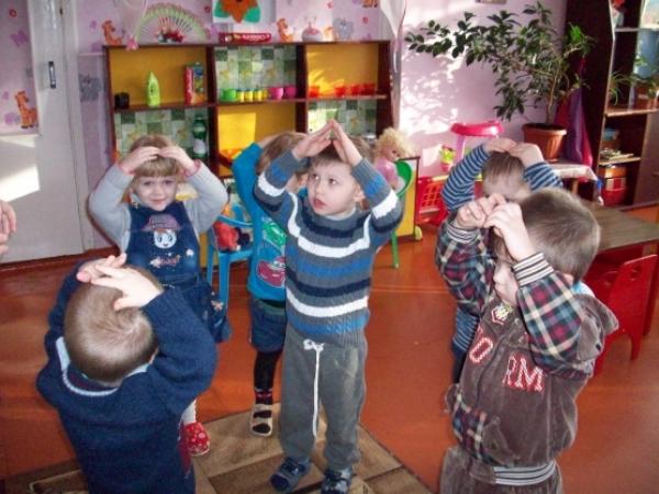 дети показывают фигуры