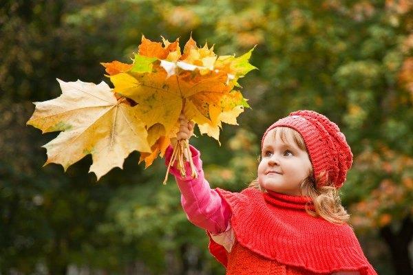 девочка с букетом листьев