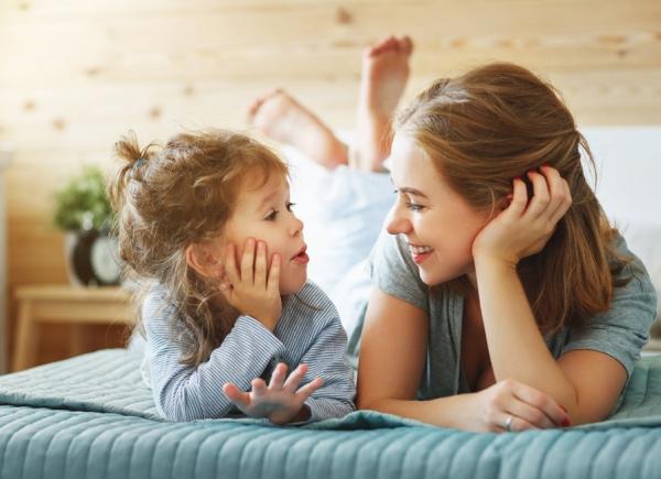 мама разговаривает с ребенком